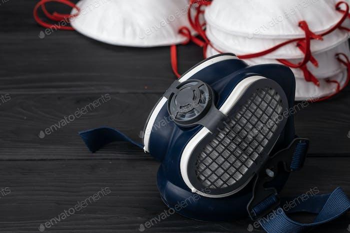 Respirador media máscara con máscara facial médica. Concepto de protección de salud