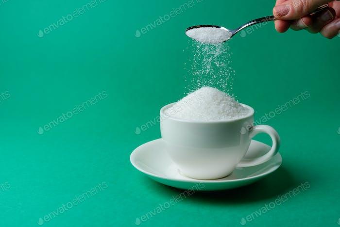Tasse voll Zucker, zu viel, übermäßiges Essen