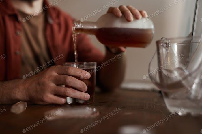 Mann trinkt Wein