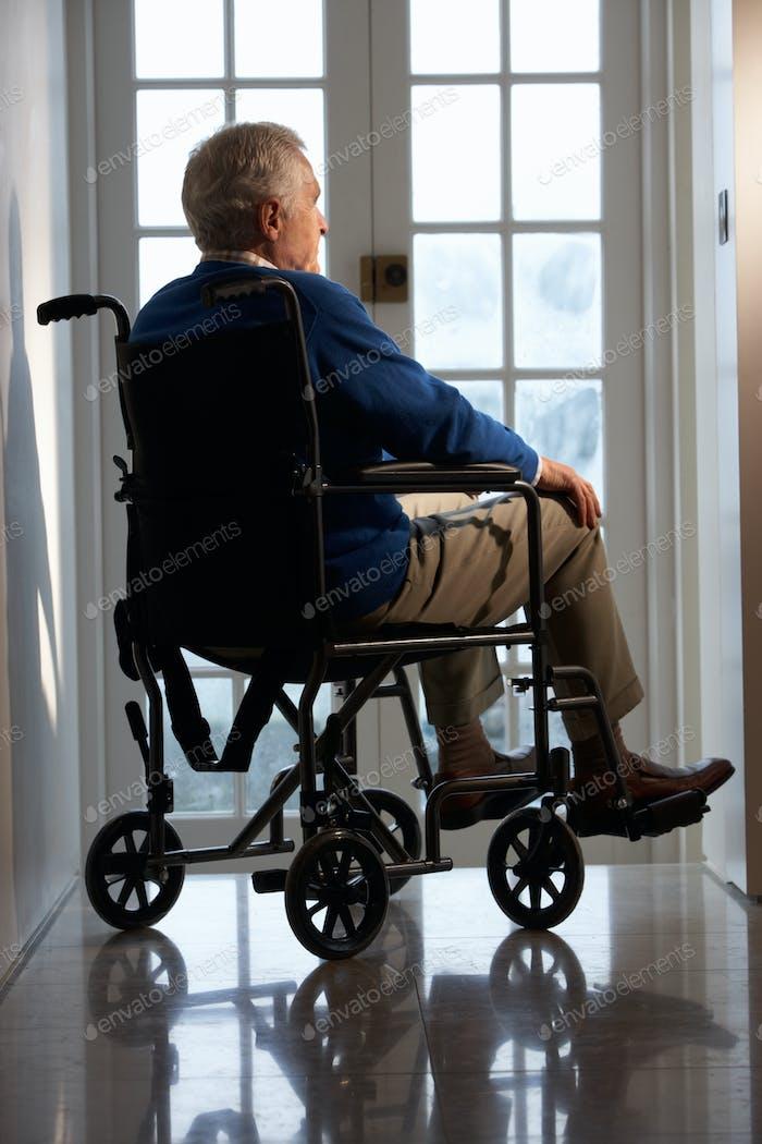 Behindertengerechter Senior Man sitzend im Rollstuhl