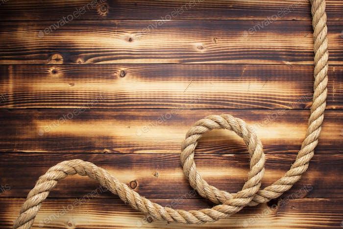 Schiffsseil auf hölzernem Hintergrund