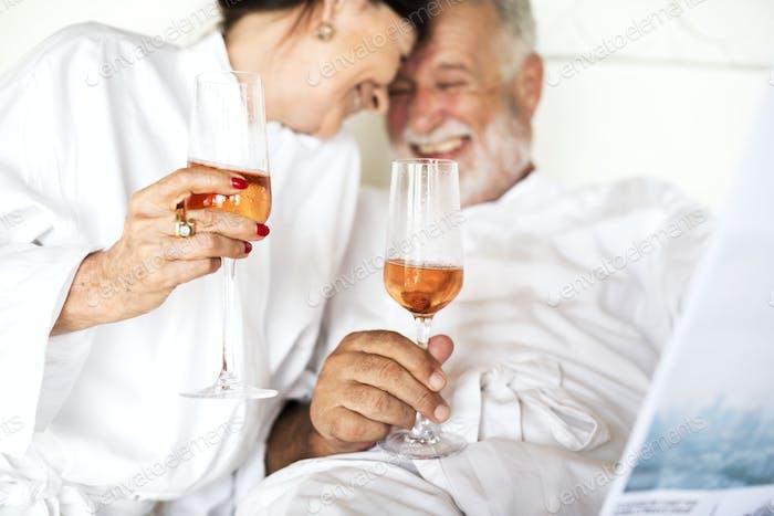 Seniorenpaar Toasten