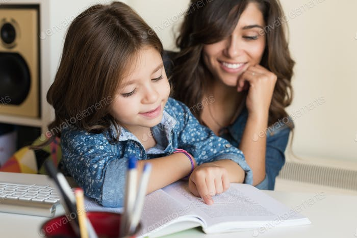 Мать помогает ребенку с домашним заданием