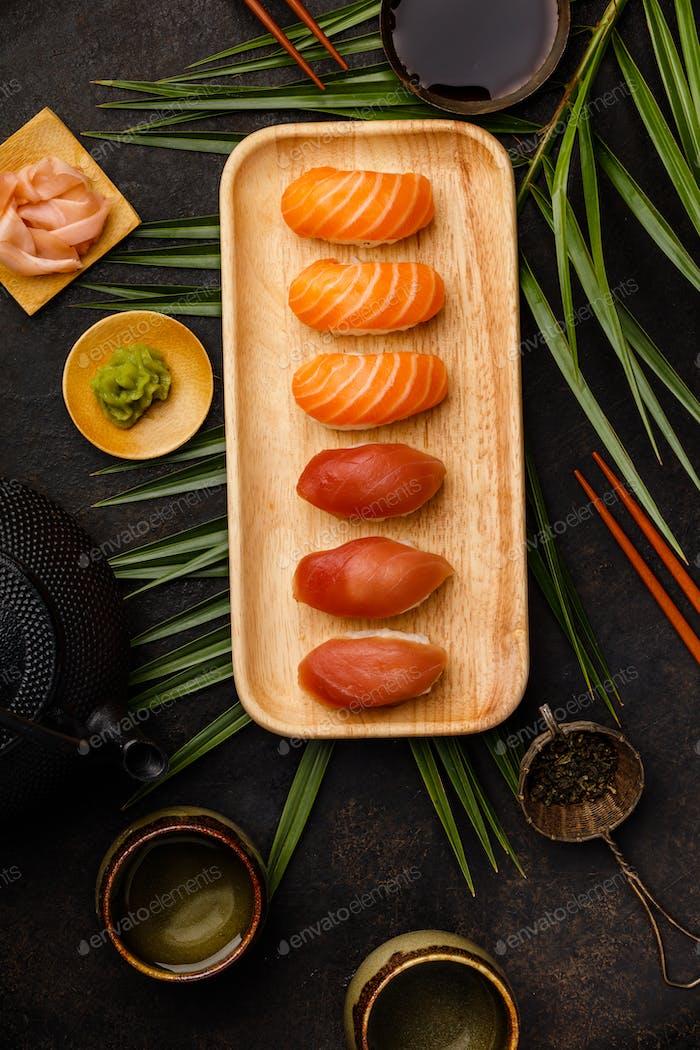 Nigiri Sushi Set mit Lachs und Thunfisch serviert auf Bambusplatte
