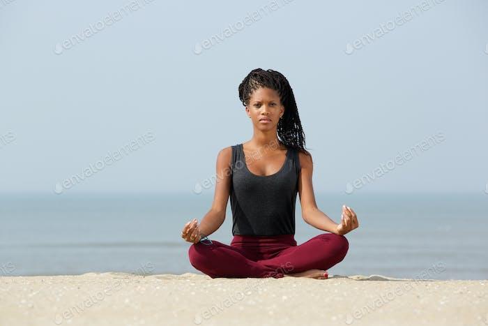 Frau sitzt in Yoga Lotus Pose