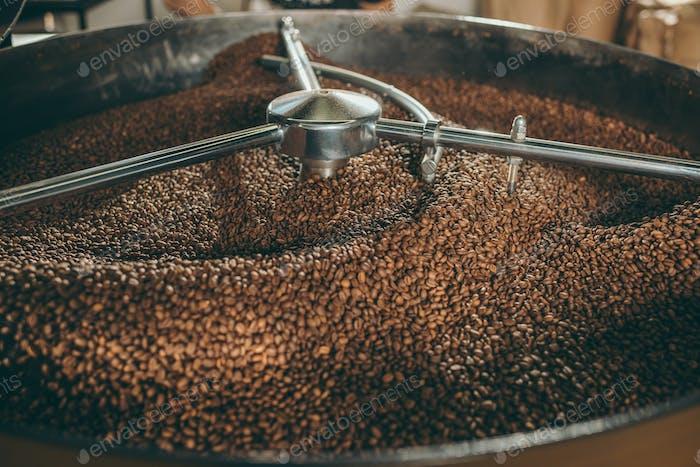 Nahaufnahme von Kaffeebohnen, die in der Maschine rösten
