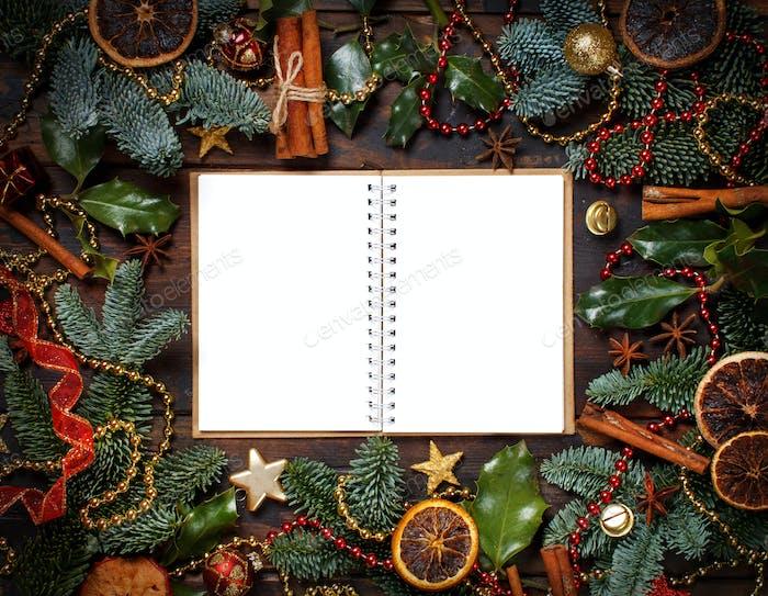 Weihnachtskomposition mit Notizbuch