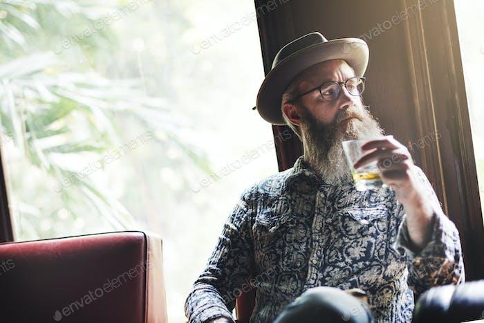 Senior Man Alkohol Alkohol Bar Trinkkonzept