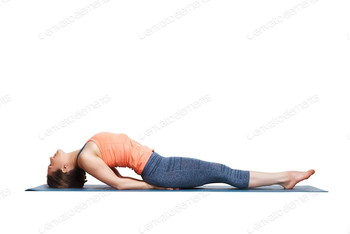 Schöne sportliche fit Yogi Mädchen Praktiken Yoga Asana Matsyasana