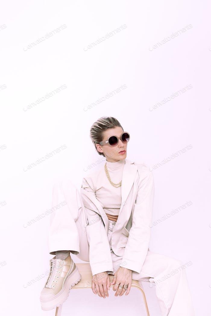 Chica de moda con el pelo corto