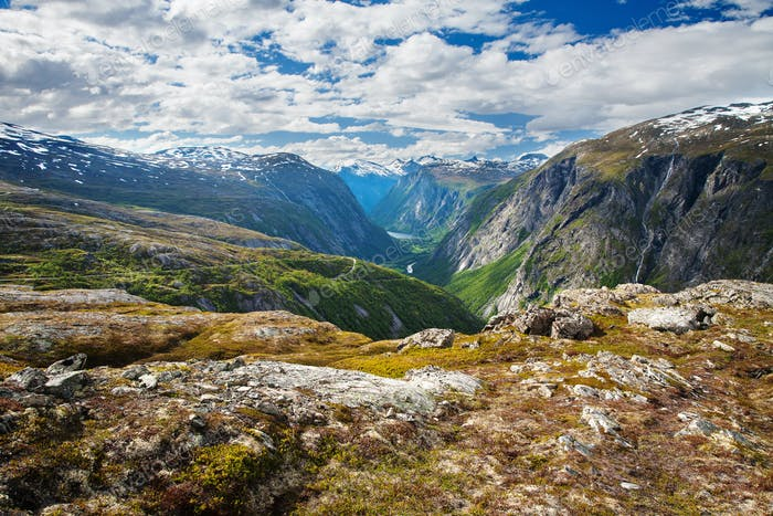 Blick auf den Wasserfall Aurstaupet bei Aursjovegen, Norwegen