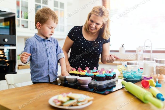 Kind hilft Mutter backen Kekse