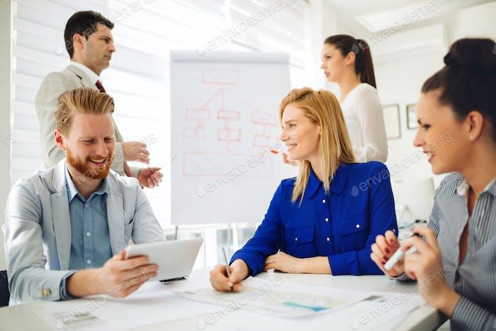 Geschäftsleute und Architekten planen