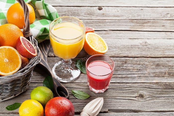 Frische reife Zitrusfrüchte und Saft. Zitronen, Limetten und Orangen