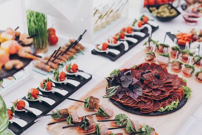 Köstliche Vorspeise und Canape am Tisch beim Hochzeitsempfang im Restaurant