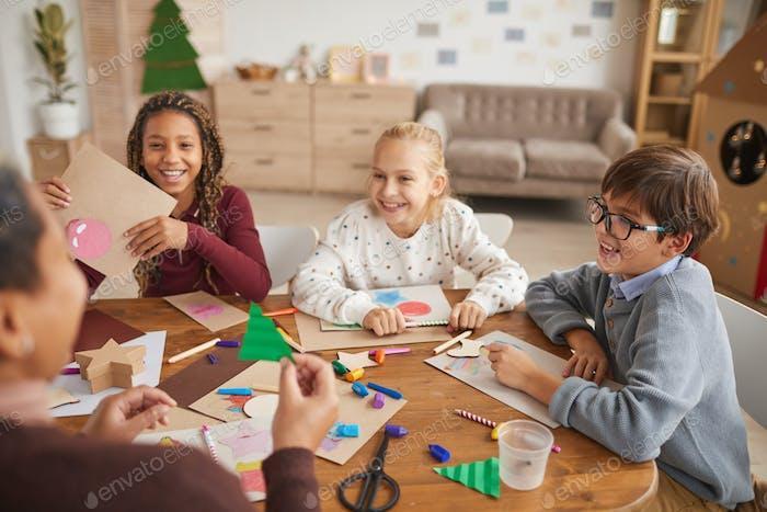 Kinder genießen an Weihnachten Kunst- und Handwerksunterricht
