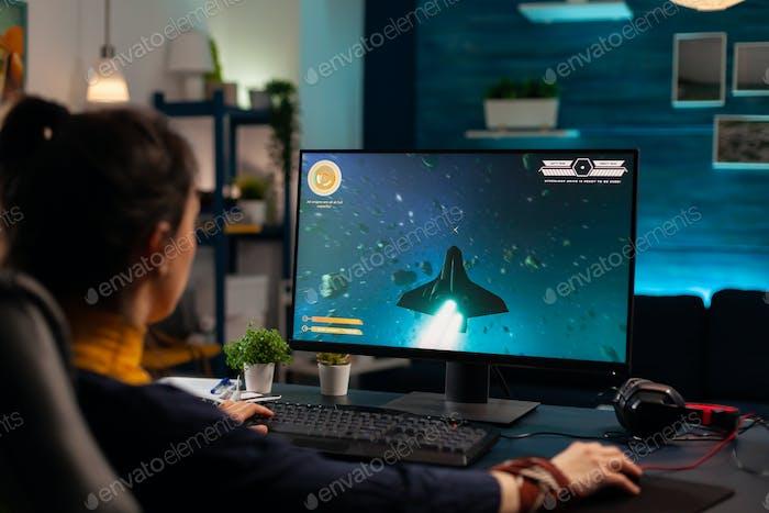 Jugador profesional digital jugando a la competencia de videojuegos en línea