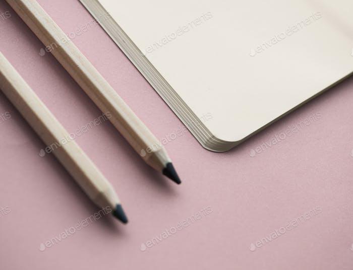 Leeres Notizbuch und andere Objekte