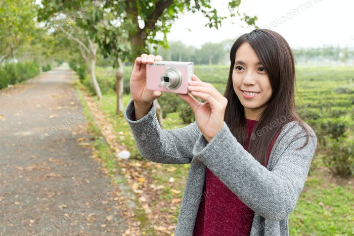 Mujer asiática tomando fotos para el paisaje