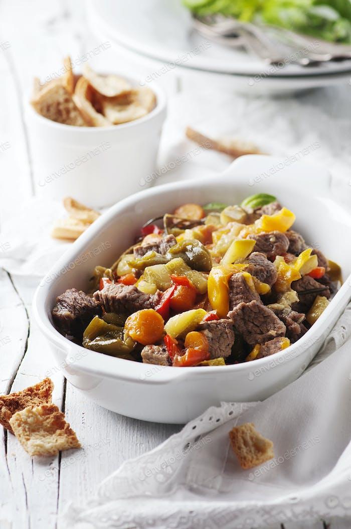 Gedünstetes Fleisch mit Karotte, Paprika und Rosmarin