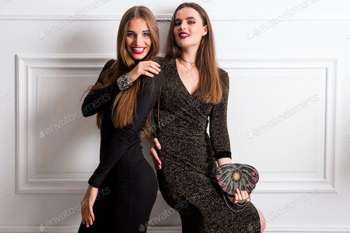 retrato de estilo de vida con flash de dos jóvenes mujeres elegantes