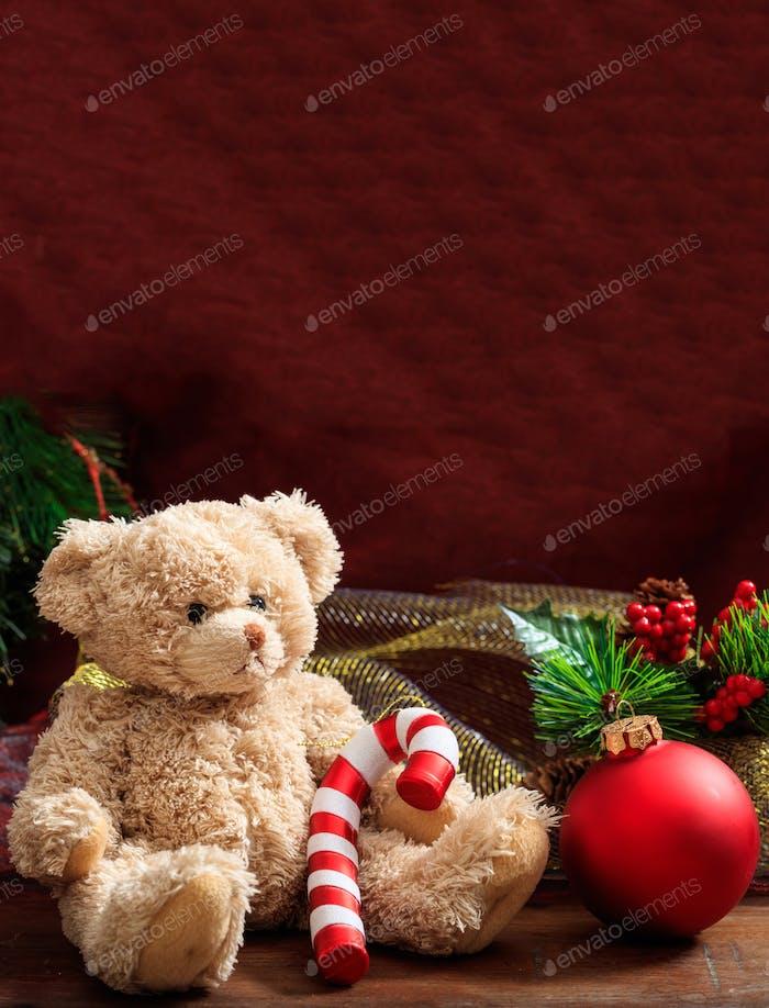 Weihnachtsdekoration, festlicher Teddybär und Weihnachtsschmuck