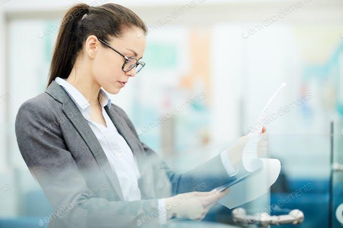 Geschäftsfrau Lesedokument