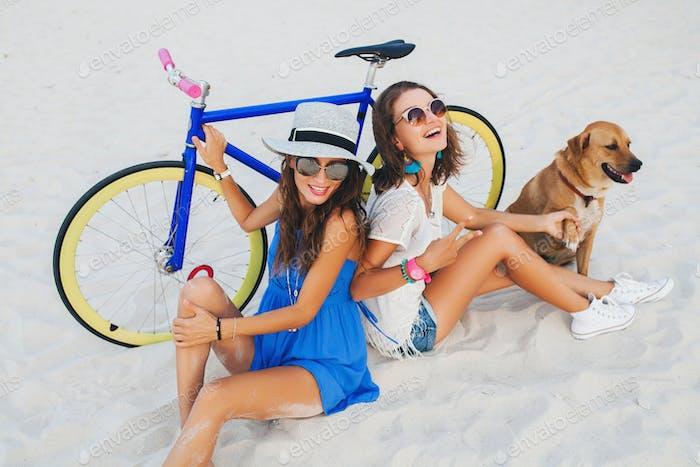 amigas felices divertirse en la playa tropical