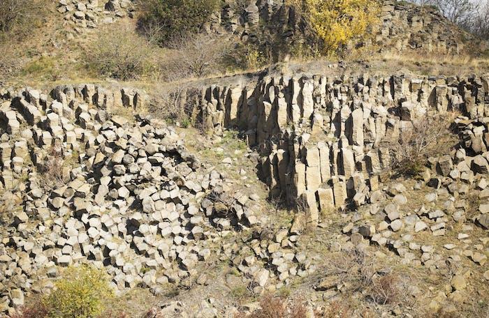Basaltsäulen und -steine