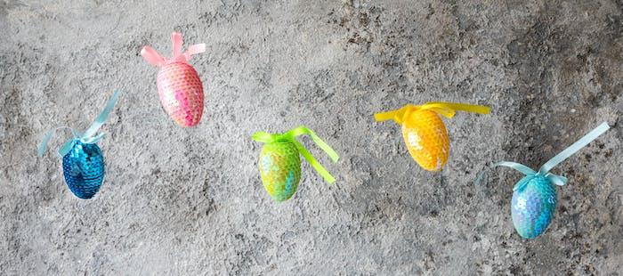 Happy Easter.Ostern Zusammensetzung glänzende Eier im Flug.