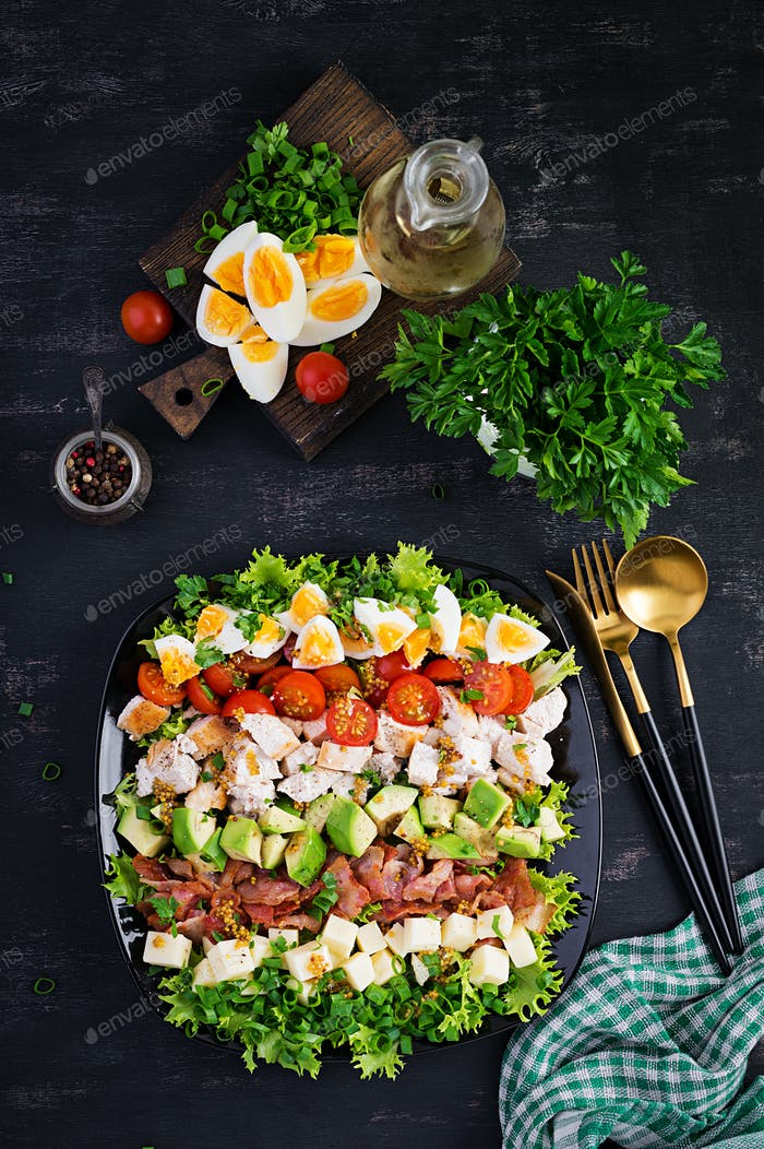 Gesunder Cobb-Salat mit Huhn, Avocado, Speck, Tomaten, Käse und Eiern.