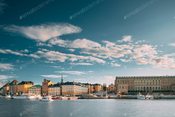 Stockholm, Schweden. Scenic Berühmte Ansicht Von Damm In Altstadt Von Stockholm Im Sommer. Gamla Stan