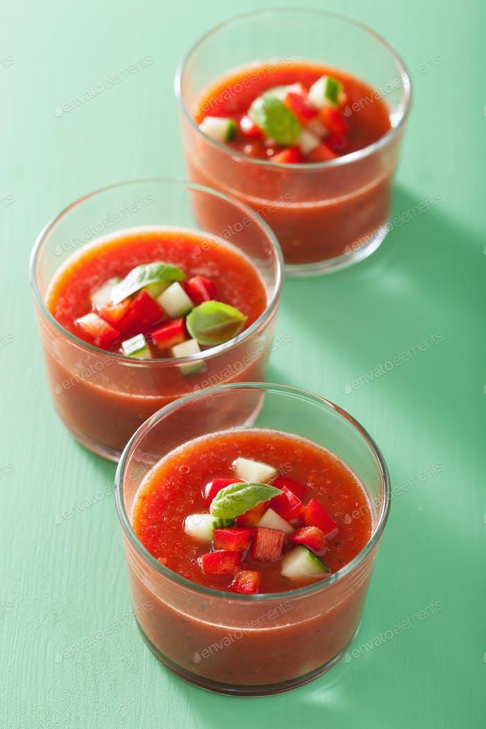 sopa de tomate gazpacho frío en vasos
