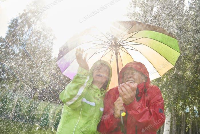 Paar zu Fuß in nassen Tag