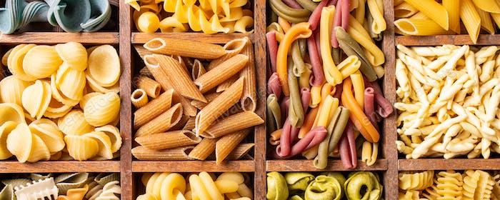 Verschiedene bunte italienische Pasta in Holzkiste