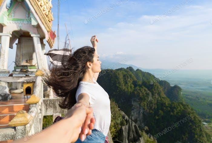 Paar Berge Sommer Urlaub, Schöne junge Mädchen halten männliche Hand Menschen