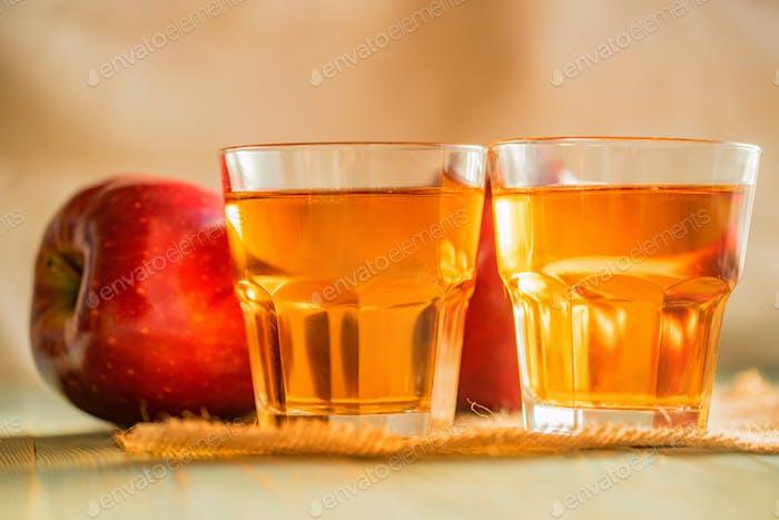 Frischer Apfelsaft oder Apfelwein in Gläsern auf dem Tisch