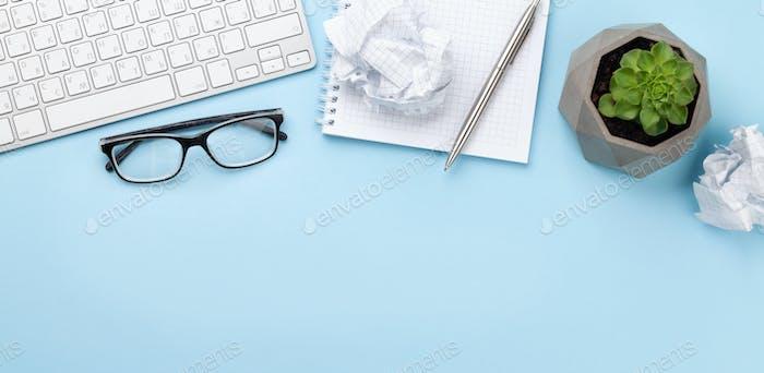 Bürotisch mit Vorräten, Anlage und leerem Notizblock
