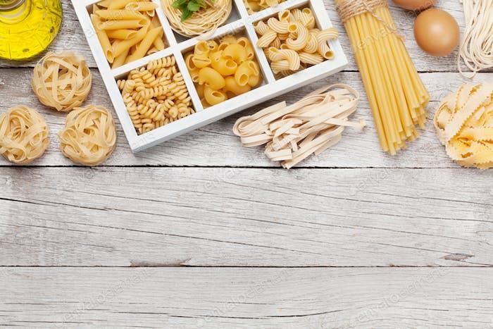 Verschiedene Pasta in Holzkiste
