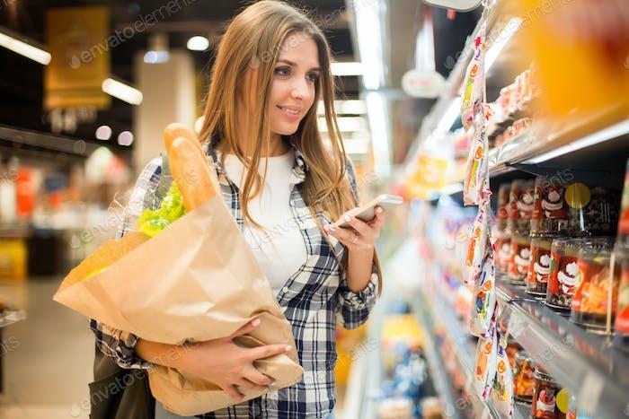 Ziemlich junge Frau in Supermarkt