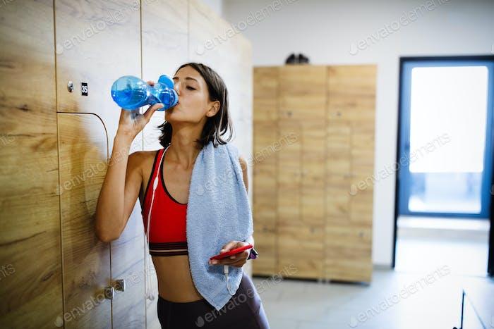 Müde erschöpfte Frau Entspannung nach einem Fitnesstraining im Fitnessstudio