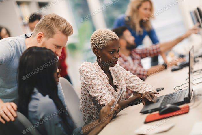 Programmierer kooperieren im IT-Unternehmen