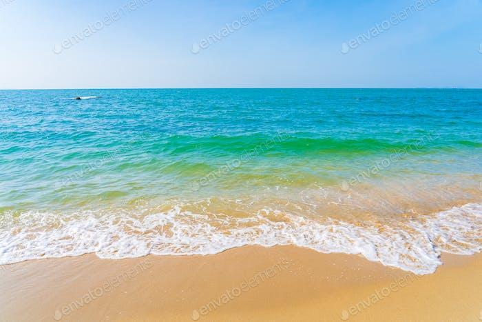 Hermoso al aire libre con playa tropical mar océano para vacaciones