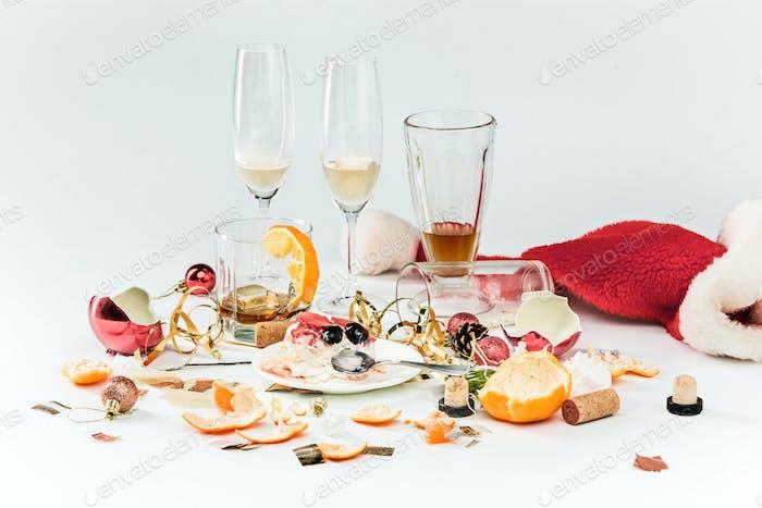 Am Morgen nach Weihnachten, Tisch mit Alkohol und Reste