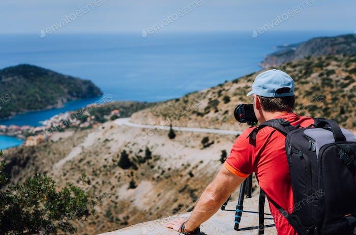 Männliche Sommerferien auf Kefalonia Griechenland. Fotograf mit Rucksack genießen Capture von