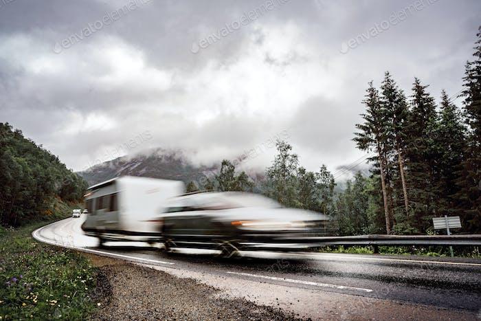VR Caravan Auto fährt auf der Autobahn.