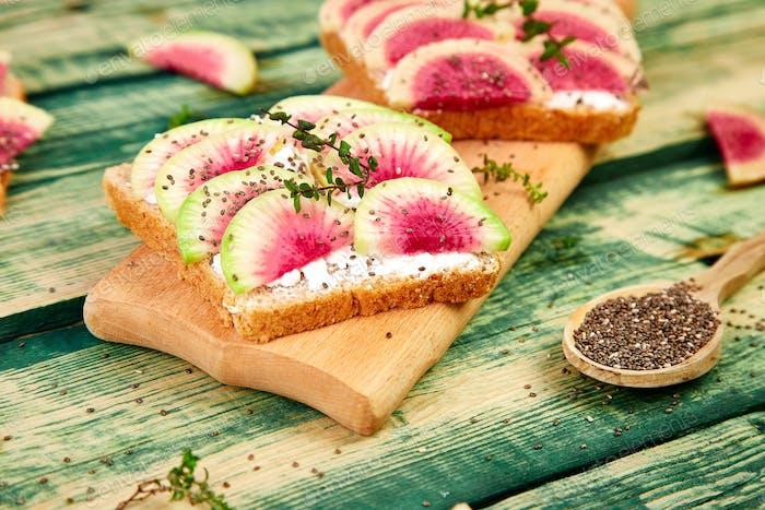 Gesundes Frühstück Toast aus geschnittenem Wassermelone Rettich