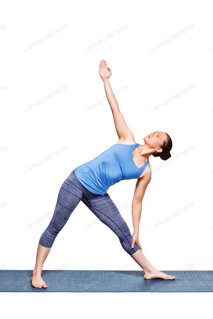 Frau tun Yoga Asana utthita Trikonasana - verlängert Dreieck Pose