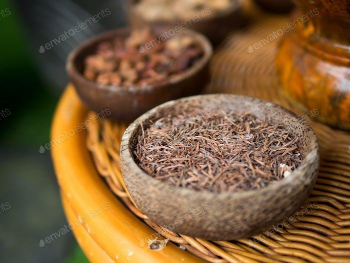 Traditionelle indonesische Gewürze, die in Jamu Spa-Behandlungen verwendet werden.