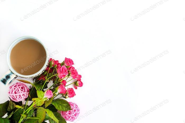 roses élégantes et café sur fond blanc